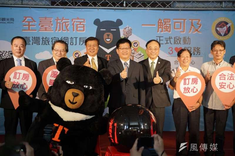 交通部長林佳龍(左四)出席台灣旅宿網訂房平台上線記者會;會後受訪時被問到石虎風波,他表示已邀請插畫作者親臨「集集線彩繪列車」通車儀式。(盧逸峰攝)