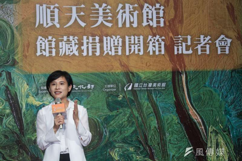 文化部長鄭麗君28日出席「順天美術館館藏捐贈開箱」記者會,表示希望將台灣藝術史,放回世界藝術史的拼圖中。(蔡親傑攝)