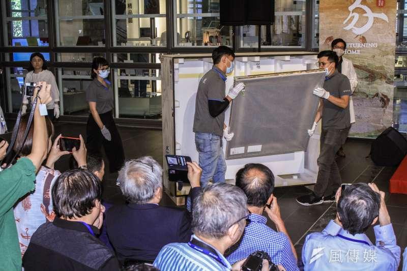 20190828-順天美術館將六百多件作品捐給國美館,並現場開箱。(蔡親傑攝)