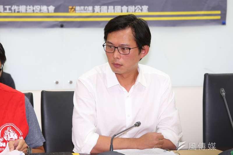 針對外傳時代力量立委黃國昌(見圖)要加入台灣民眾黨,甚至是代表獨派參選總統,黃以「腦袋有洞」駁斥(顏麟宇攝)