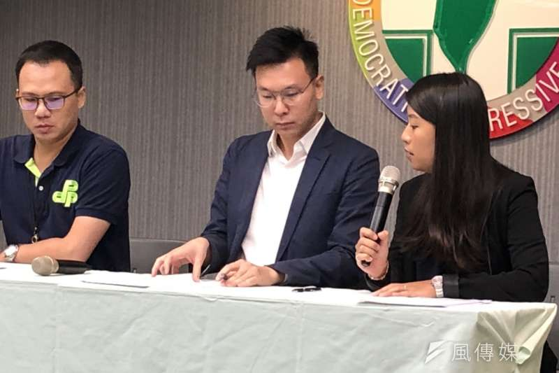 香港眾志秘書長黃之鋒等人30B日突遭逮捕,民進黨舉行記者會聲援。民進黨副秘書長林飛帆(中)表示,正面回應港人訴求,展開對話才是正道。(顏振凱攝)