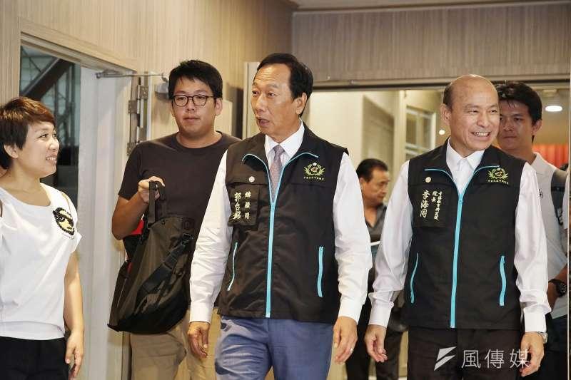 鴻海創辦人郭台銘(中)表示,不管選不選總統,經貿外交永遠是他的使命;圖為郭在9月1日出席青溪總會活動。(盧逸峰攝)