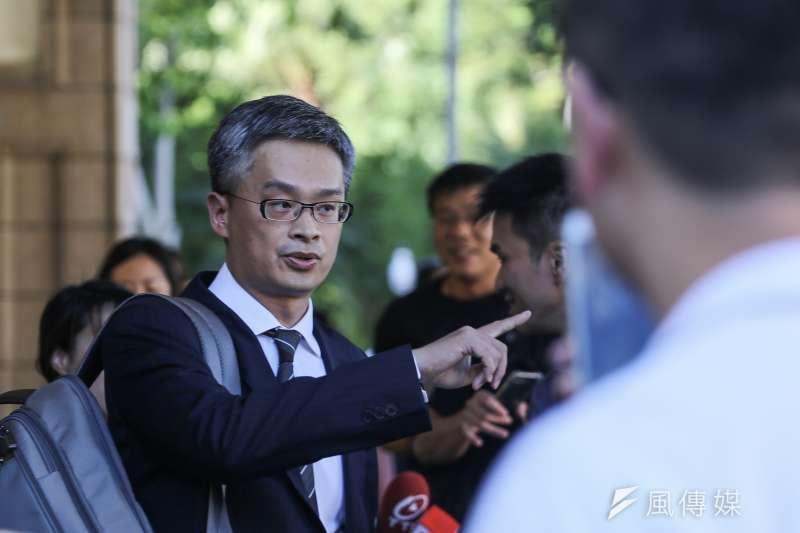 20190902-管中閔被控違法兼職案宣判,管中閔委任律師陳信宏出面說明,對於判決結果表達遺憾。(陳品佑攝)