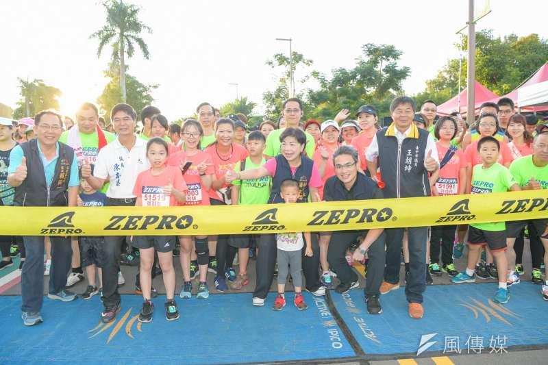 台中市副市長楊瓊瓔主持在后里馬場舉行的「2019 ZEPRO CITY RUN城市路跑-台中場」賽事,約有6000名選手參加。(圖/記者王秀禾攝)