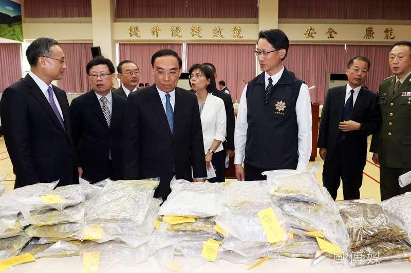 20190902-法務部長蔡清祥(左四)等官員,在記者會現場了解各單位於「安居緝毒專案」的查緝成果。(蘇仲泓攝)