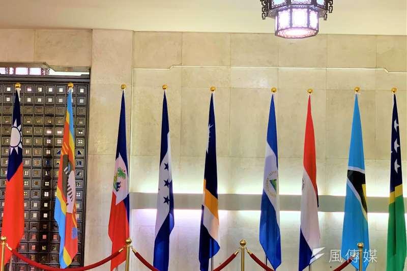 外交部大廳的邦交國旗幟,最右邊為索羅門群島國旗,索羅門群島宣布與我國斷交,隨即也將降旗。(簡恒宇攝)
