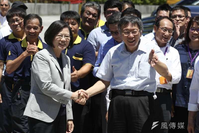 20190902-總統蔡英文出席「計程車產業升級服務2.0記者會」,台北市長柯文哲與總統蔡英文三度握手。(陳品佑攝)