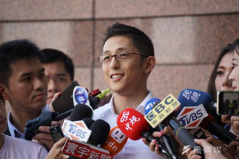 民進黨台北市立委擬參選人、放棄美籍到陸軍特戰服役的吳怡農,3日首度公開受訪,向國軍致敬。(盧逸峰攝)