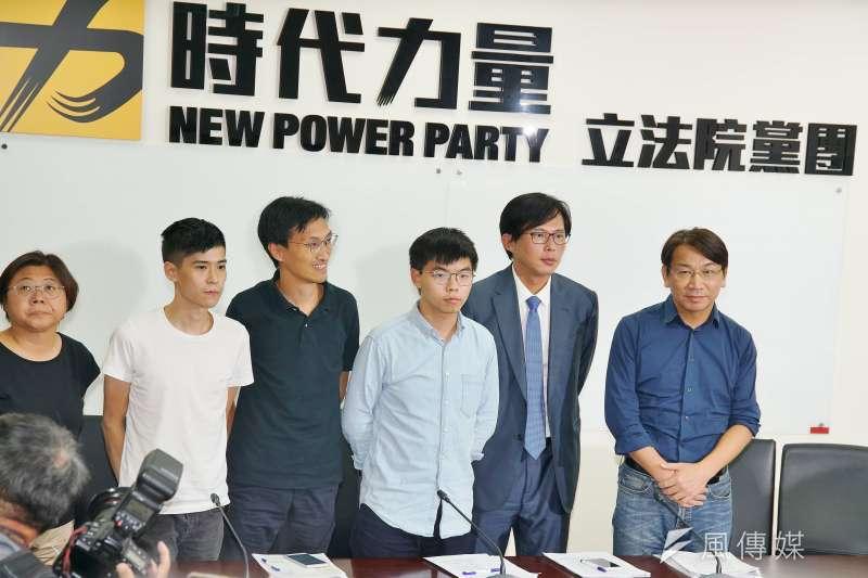 香港眾志秘書長黃之鋒(右三)、立法會議員朱凱廸(右四)和學聯前副秘書長岑敖暉(右五)拜訪時代力量黨團。(盧逸峰攝)