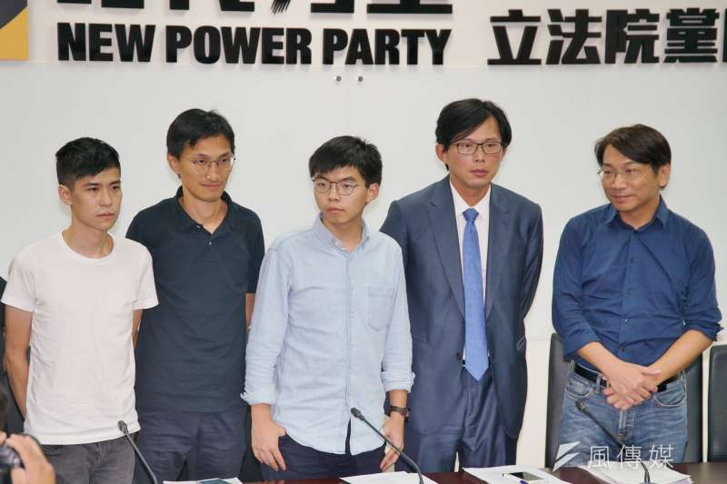 時代力量主張訂定《難民法》,圖為黃之鋒(中)拜訪時代力量黨團,香港學聯成員岑敖暉(左一)、立法會議員朱凱迪(左二)、立委黃國昌、徐永明出席。(盧逸峰攝)