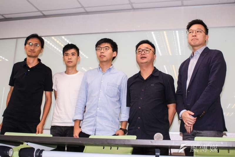 20190903-民進黨秘書長羅文嘉(右二)、副秘書長林飛帆(右一)與香港眾志秘書長黃之鋒(左三)、學聯前副秘書長岑敖暉(左二)、立法會議員朱凱廸(左一)召開記者會。(蔡親傑攝)