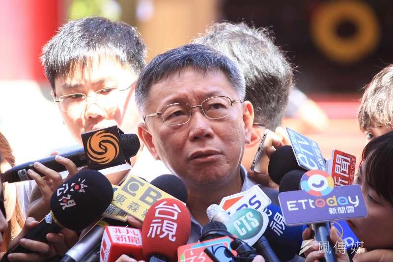 台北市長柯文哲3日上午前往台北市軍人公墓忠烈祠,出席秋祭忠烈陣(公)亡將士典禮,並接受媒體訪問。(方炳超攝)