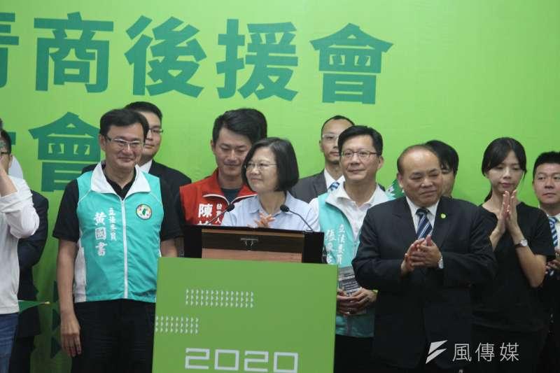 總統蔡英文7日到台中競選總部參加全國青商後援會成立大會,現場上千人出席支持。(黃信維攝)