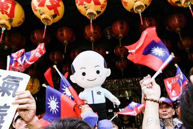 國民黨總統參選人韓國瑜參拜板橋慈惠宮,韓粉至現場等候迎接。(簡必丞攝)