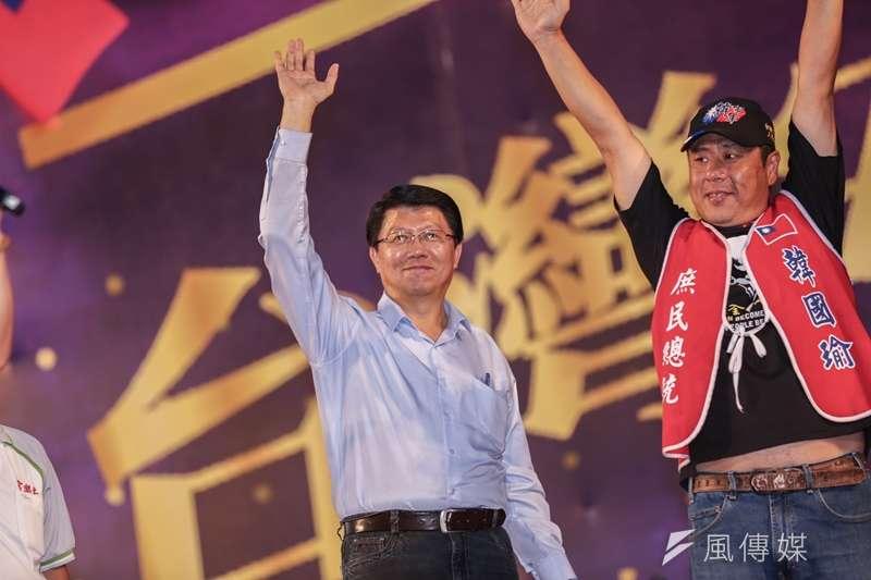 國民黨總統參選人、高雄市長韓國瑜8日在新北市舉行首場造勢活動,台南市議員謝龍介(中)到場力挺。(資料照,簡必丞攝)