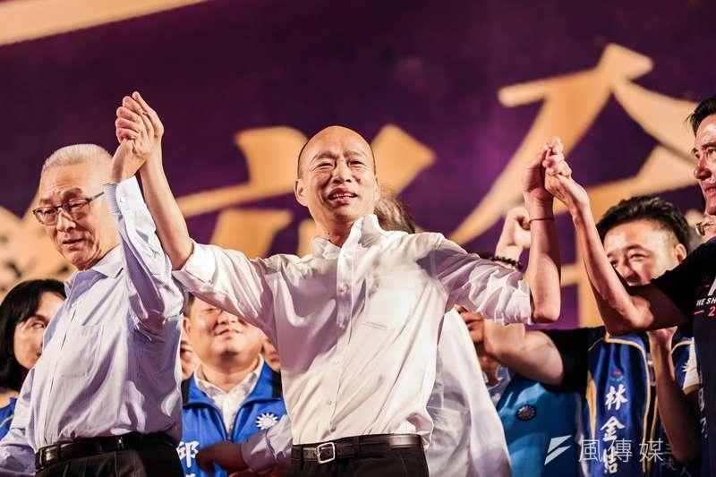 國民黨總統參選人、高雄市長韓國瑜(中)在新北市的造勢活動上,和黨主席吳敦義(左)、前總統馬英九(右)牽手象徵大團結。(簡必丞攝)