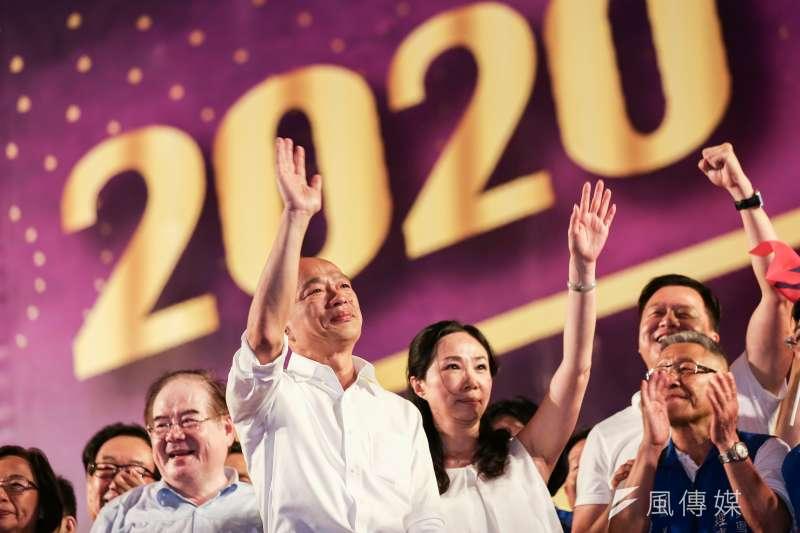 國民黨總統參選人韓國瑜新北造勢,要韓黑 「放馬過來」,支持者看到假民調就說四個字:「他奶奶的」。(簡必丞攝)