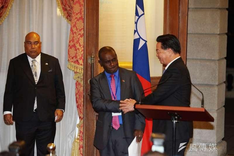 外交部長吳釗燮與索羅門群島外長馬內列。(盧逸峰攝)