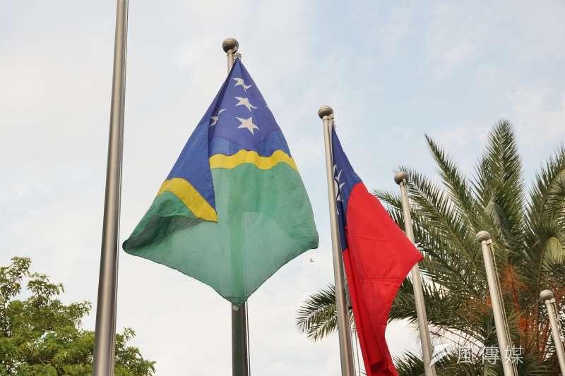 索羅門群島16日宣布與中華民國斷交,改與中國大陸建交;左為索羅門群島國旗。(資料照,盧逸峰攝)