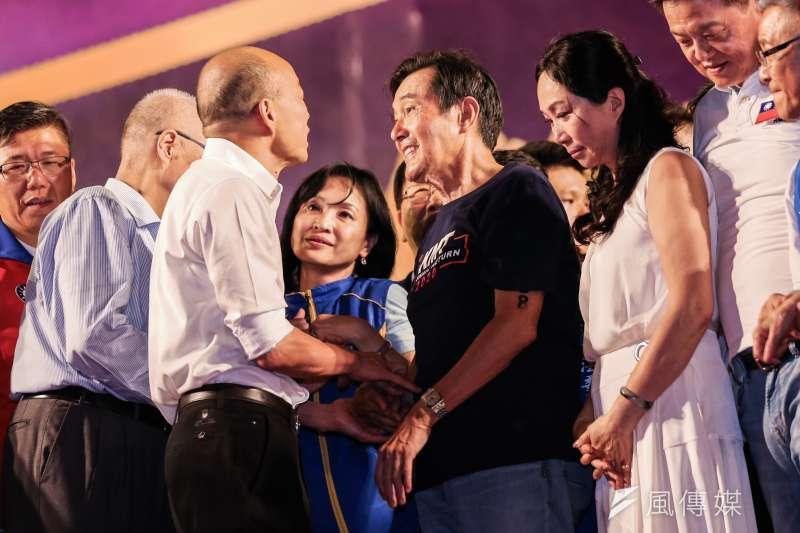前總統馬英九(右二)8日出席韓國瑜新北市造勢活動,上台發言時遭噓,使得國民黨總統參選人韓國瑜(中)與馬互動尷尬。(資料照,簡必丞攝)