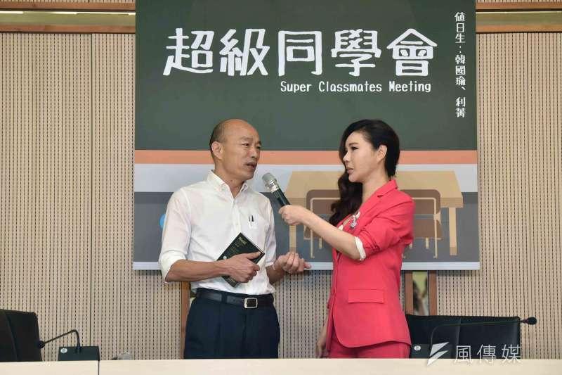高雄市長韓國瑜(左)與知名節目主持人利菁(右)10日舉行「同學會」,雙方會面30分鐘,展現好交情。(高雄市政府提供)