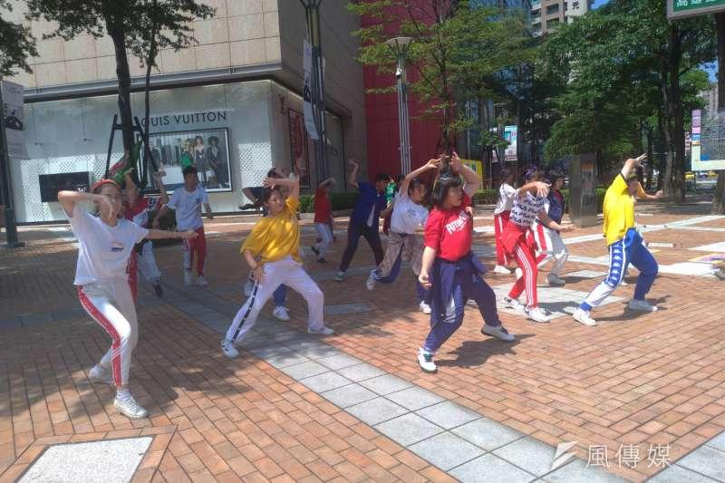 一場高中籃球聯賽讓全國學生表演藝術團體賽停辦的話題再度沸騰。圖為中華藝校學生在巨蛋前廣場表演快閃舞蹈。(示意圖/徐炳文攝)