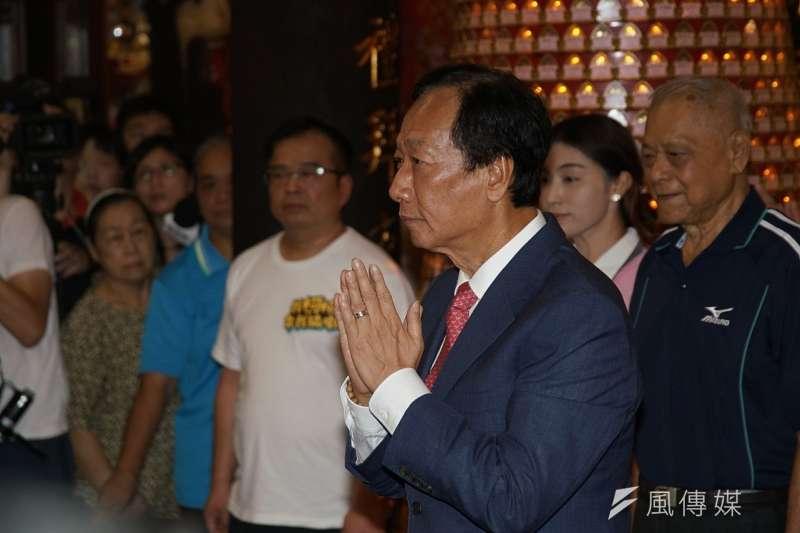 鴻海創辦人郭台銘參拜新竹城隍廟。(盧逸峰攝)