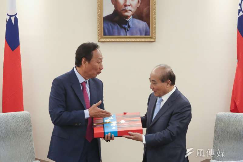鴻海創辦人郭台銘(左)11日赴立法院拜訪前立法院長王金平(右),並致贈月餅。(陳品佑攝)