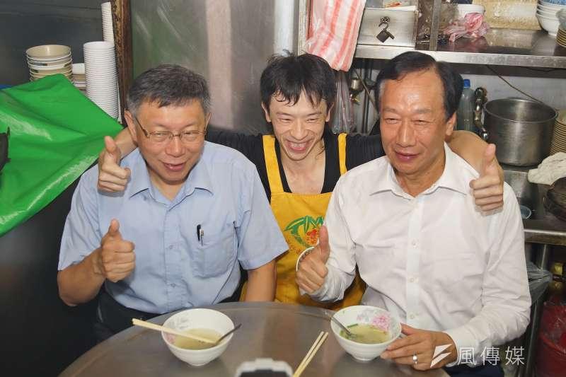 台北市長柯文ˋ哲、鴻海集團創辦人郭台銘參拜新竹城隍廟品嘗在地小吃。(盧逸峰攝)