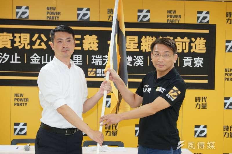 20190912-時代力量2020新北第12選區立委提名記者會,主席徐永明致贈黨旗給賴嘉倫。(盧逸峰攝)