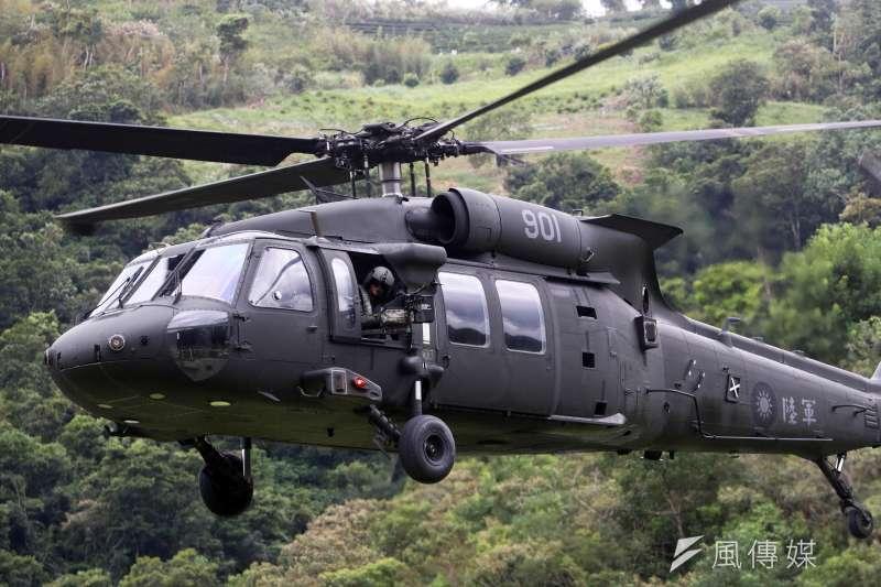 參謀總長沈一鳴上將今(2)天在相關聯參陪同下,搭乘空軍救護隊一架UH-60M黑鷹直升機前往宜蘭地區慰勉海、空軍單位,目前已證實該機失事迫降在新北市與宜蘭縣交界山區。(資料照片,蘇仲泓攝)