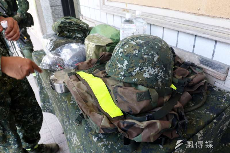 20190912-陸軍特指部特5營近日展開為期21天、總距離550公里的「戰術任務行軍訓練」,期間將跨越4個縣市、11個鄉鎮;官兵每天身負25公斤左右的重量,考驗體力也磨練意志。圖為背包內容物。(蘇仲泓攝)