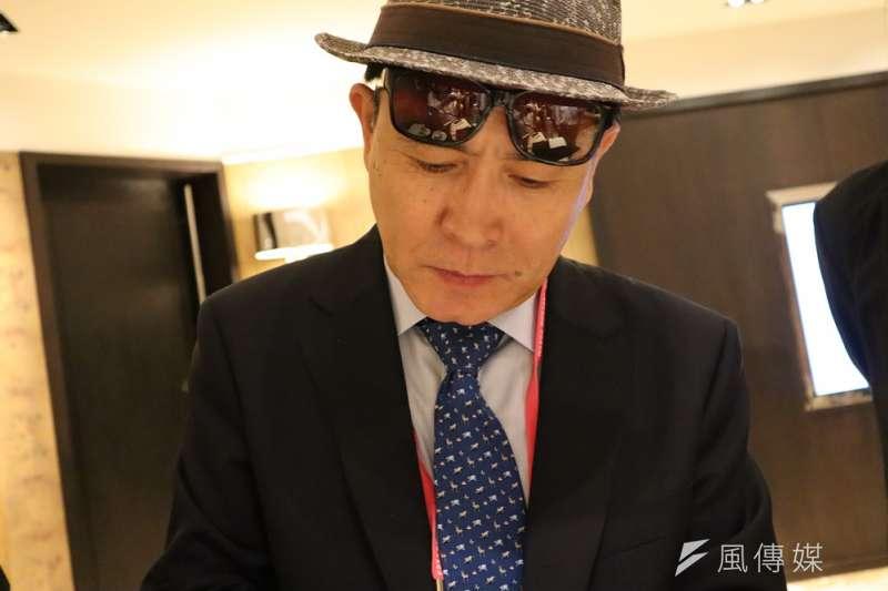史上官階最高的脫北者、前北韓駐英公使太永浩9月13日出席台北「奧斯陸自由論壇」,親切替書迷簽名。(王穎芝攝)