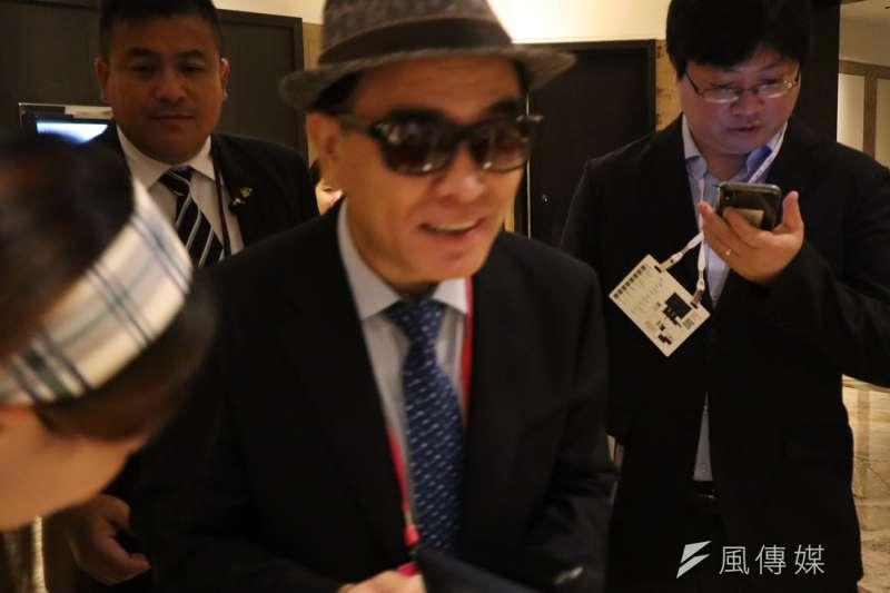 前北韓駐英公使太永浩9月13日出席台北「奧斯陸自由論壇」親切替書迷簽名。(王穎芝攝)