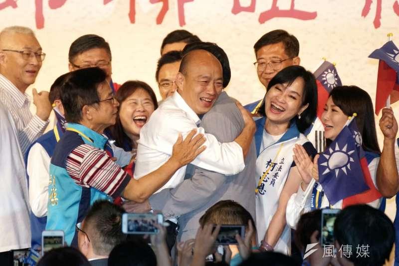 國民黨15日舉辦中國台商秋節聯誼茶會,前總統馬英九與總統參選人韓國瑜再度同台,馬英九、韓國瑜兩人握手、擁抱,破除「馬韓心結」。(盧逸峰攝)