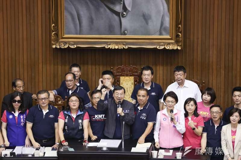 20190917-國民黨立委黨團17日搶佔主席台。(簡必丞攝)