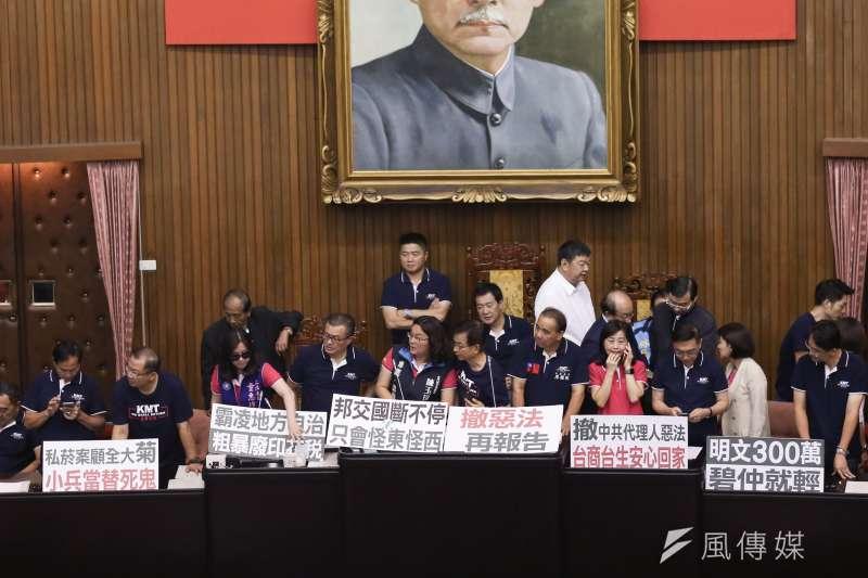 國民黨立委黨團17日搶佔主席台。(簡必丞攝)