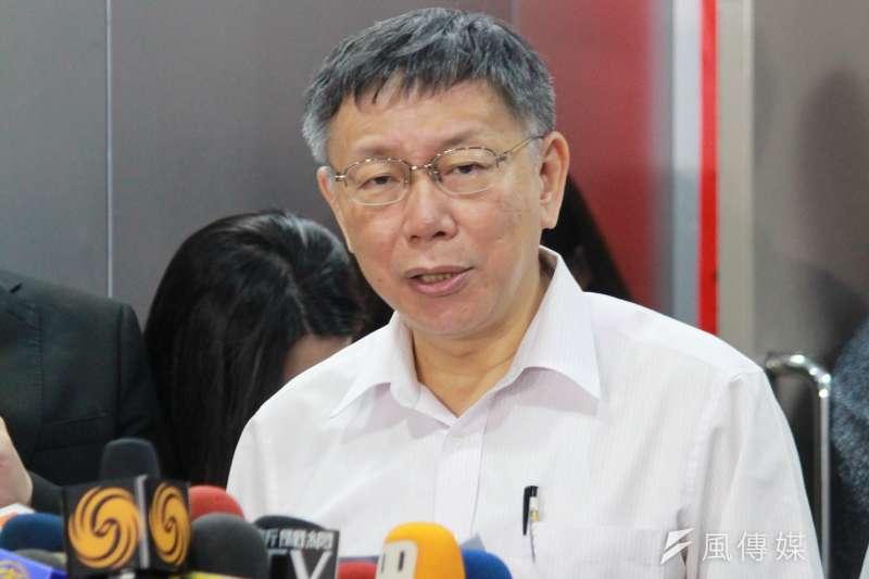台北市長柯文哲17日上午在市政會議前出面受訪。(方炳超攝)