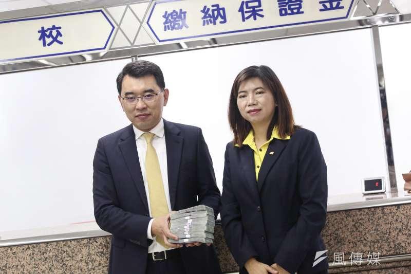 20190917-新黨總統候選人楊世光(左)與律師陳麗玲17日至中選會登記總統選舉被連署人。(簡必丞攝)