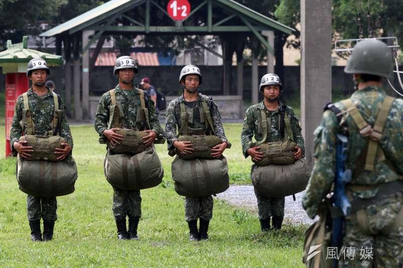 陸軍今(18)日邀請媒體實地前往屏東潮州空降場、空訓中心等處,了解傘兵訓練實況。(蘇仲泓攝)