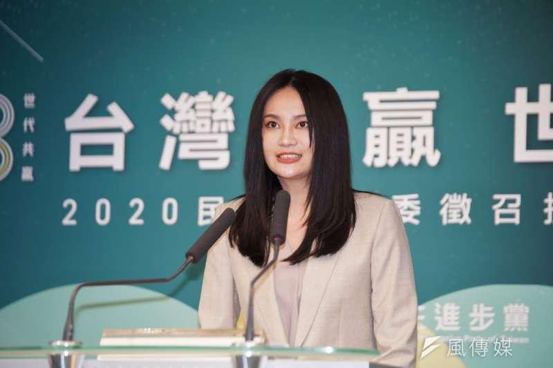 立委林昶佐的助理賴品妤,18日出席民進黨立委徵召提名公布記者會,她將披綠袍參選汐止立委。(盧逸峰攝)