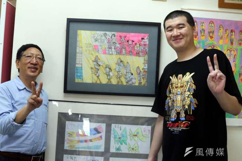 高雄市教育局長吳榕峯(左)特地前往楠特,並與特教生一同捏陶創作。(圖/徐炳文攝)