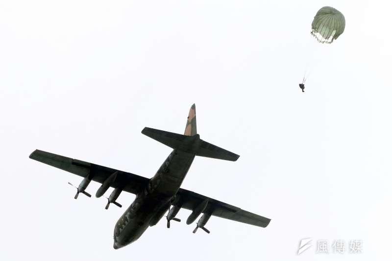 傘訓學員在大武營區完成地面訓練後,緊接著登場的就是實地搭乘C-130運輸機實施空跳,要成為合格傘兵至少要空跳5次(日間3次、夜間1次、全副武裝1次),才有資格掛上傘徽。(蘇仲泓攝)