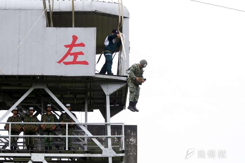 20190919-要成為1名合格的傘兵,得先前往屏東大武營區接受嚴格傘訓的地面訓練,共區分為5大站,分別為「跳台側滾」、「機身訓練」、「擺動著陸」、「吊架訓練」、「跳塔訓練」。圖中學員接受的是塔高34呎的「跳塔訓練」。(蘇仲泓攝)