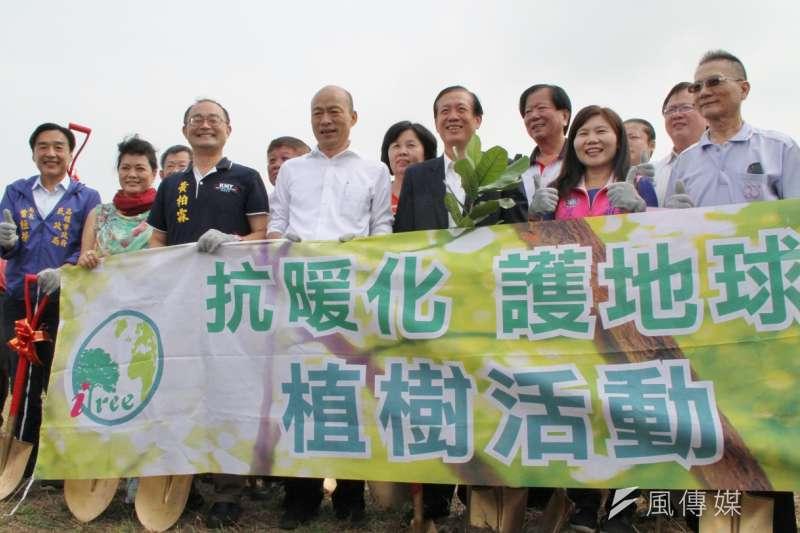 高雄市長韓國瑜(前中)受全國商總之邀,參與「代代護地球、種樹百萬顆」的植樹活動。(圖/徐炳文攝)