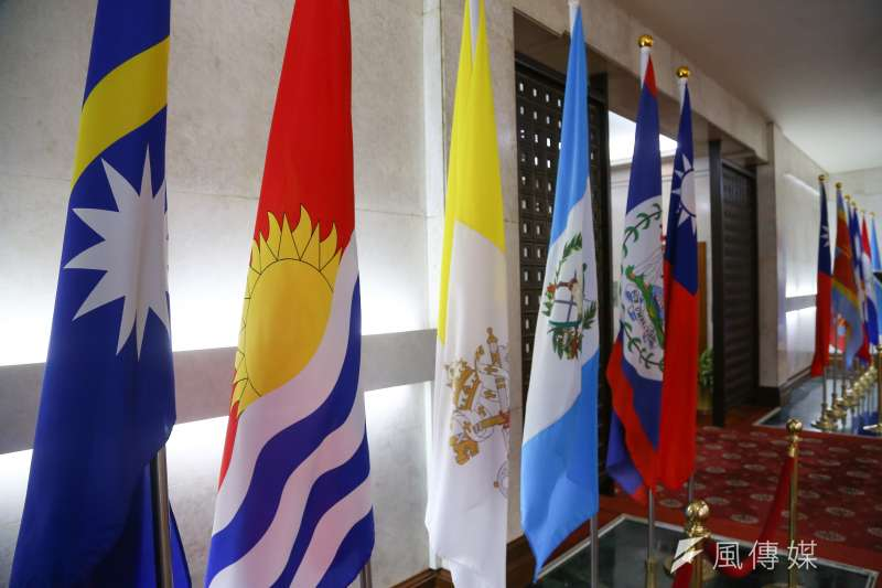 外交部主動宣布與吉里巴斯斷交,圖為吉里巴斯國旗(左二)。(顏麟宇攝)