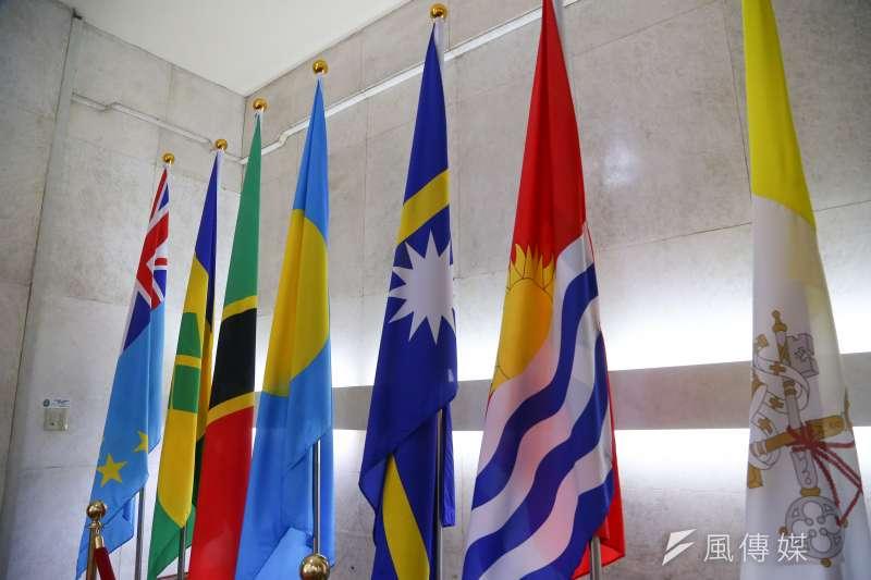 20190920-吉里巴斯國旗(右二)。(顏麟宇攝)
