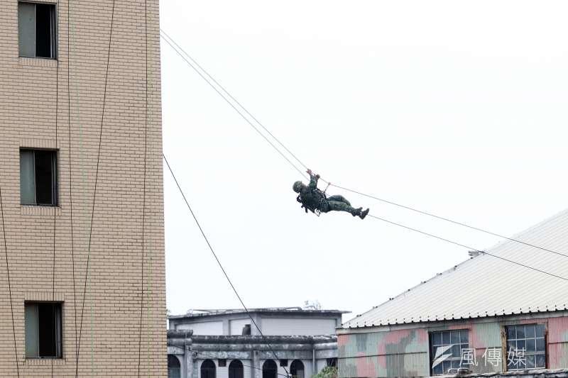 20190920-陸軍特指部特5營近日展開「戰術任務行軍訓練」,今天上午在桃園舊海軍基地實施訓練,展現特戰部隊精實戰力。圖為特5營官兵演練戰術繩索攀降。(蘇仲泓攝)