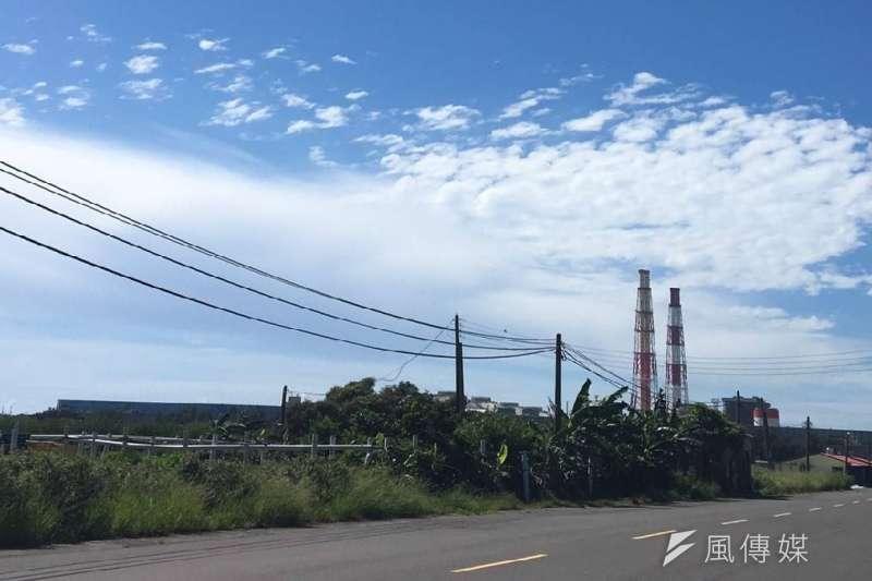 高雄市環保局要求最老舊的興達電廠4部燃煤機組,必須在秋冬六個月停止2部機組運轉,以減少空品不良期間的污染排放。(圖/徐炳文攝)