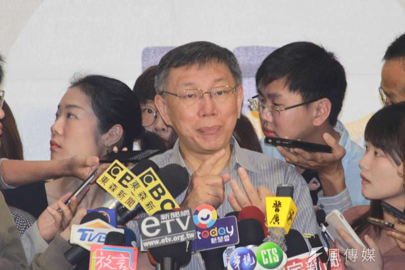 台北市長柯文哲20日上午出席社區照顧關懷據點聯合成果展活動,會後受訪。(方炳超攝)
